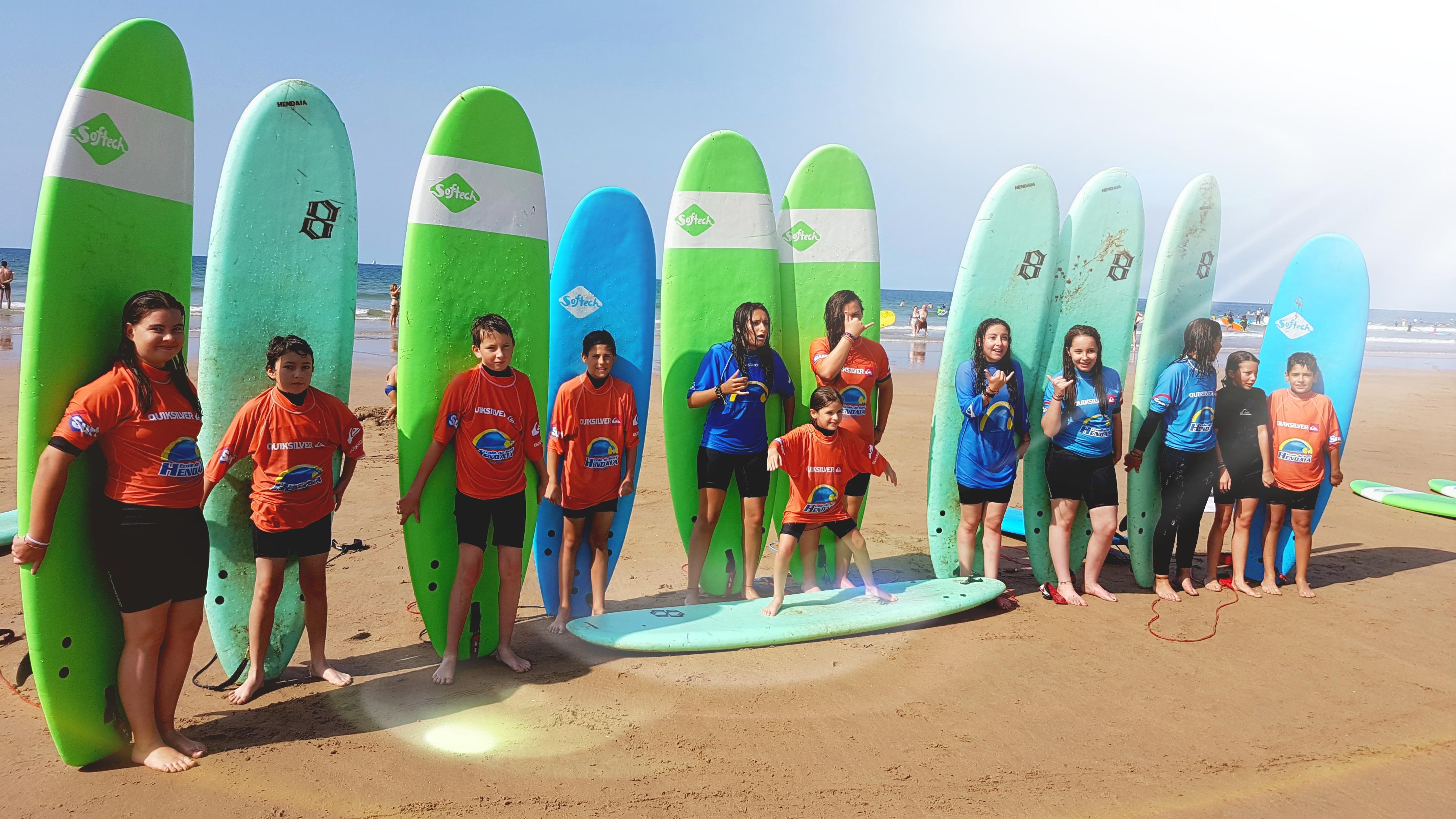Groupe de surfeurs en colonies de vacances supernova Juniors