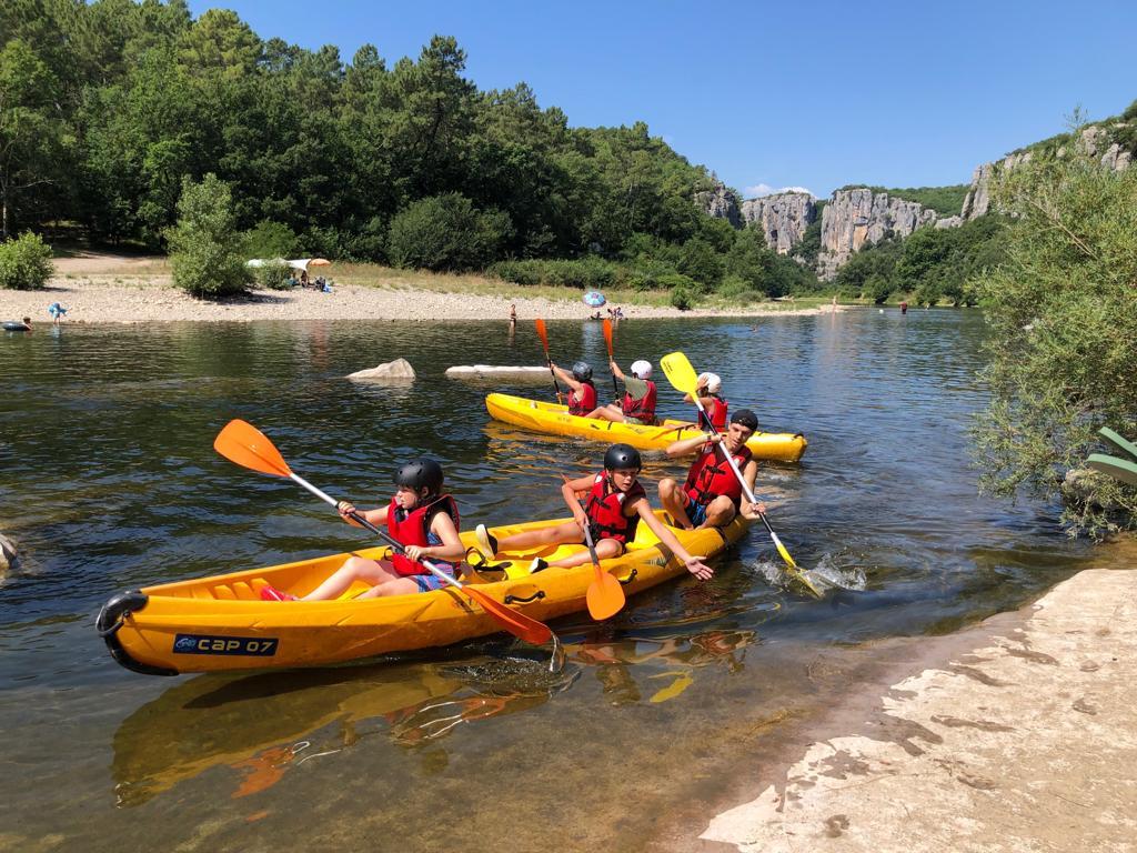 jeunes en kayak lors d'une colonie de vacances en ardèche