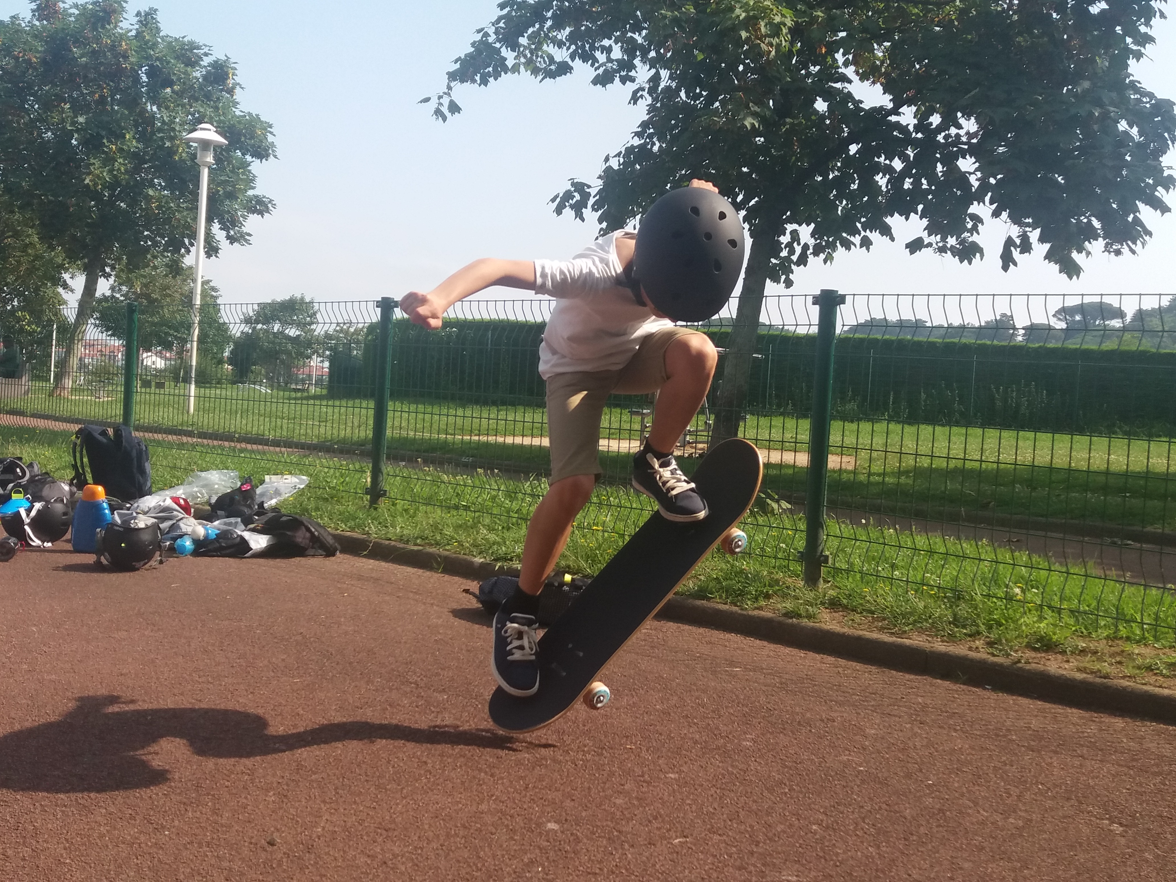 enfant en skateboard lors d'une colonie de vacances sport
