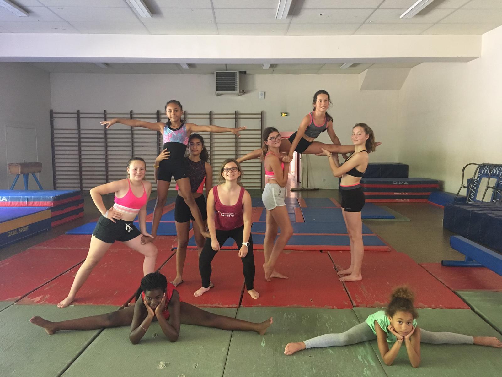 groupe d'enfant en colonie de vacances pratiquant la gymnastique