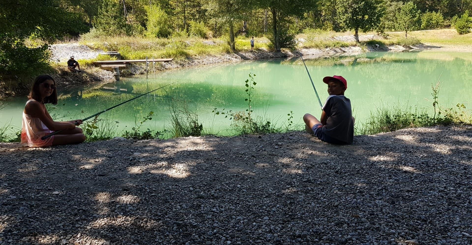 2 enfants pêchent en colonie de vacances supernova Juniors